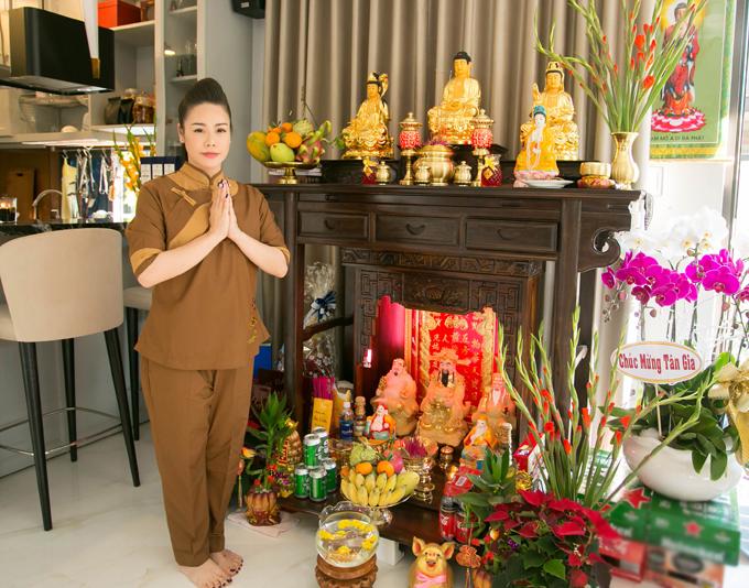 Nhật Kim Anh theo đạo Phật nên cô chăm chút khu thờ cúng kỹ lưỡng.