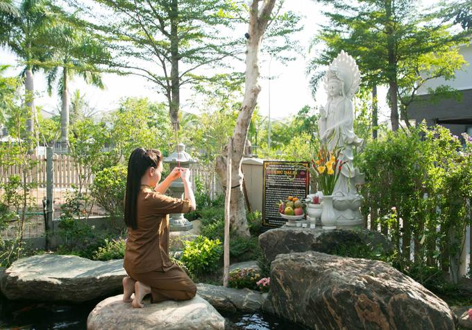Vườn nhà nữ ca sĩ đặt một bức tượng Phật Quan Âm rất lớn.