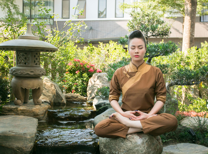 Cô hay ngồi thiền, tìm lại sự cân bằng, tĩnh tâm khi gặp khó khăn trong cuộc sống.