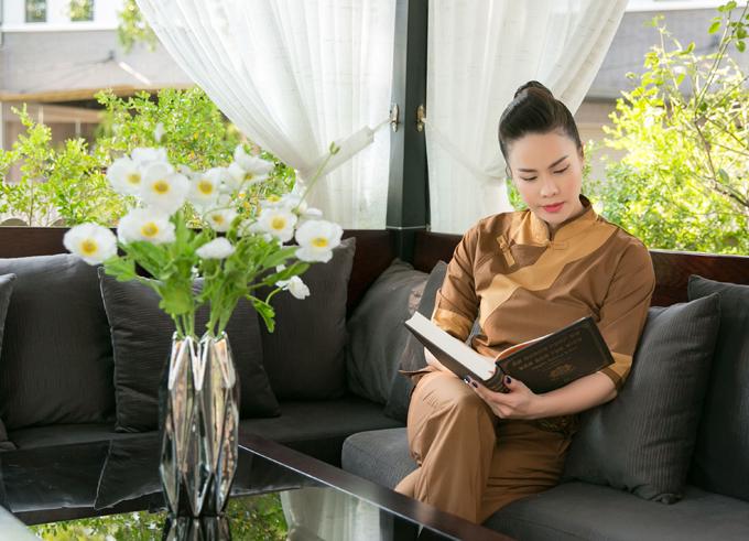 Người đẹp còn có thói quen đọc sách, kinh Phật và những tác phẩm dạy đối nhân xử thế.