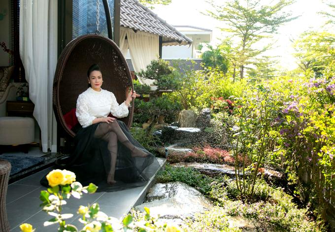 Khoảng vườn đầy cây xanh và hoa cỏ mát mắt là nơi nữ ca sĩ thích ngồi chơi, thư giãn sau những giờ làm việc căng thẳng.