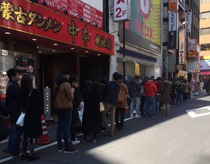 Dòng người xếp hàng trước quán ngày 9/3 - Ảnh Pho Thin Tokyo
