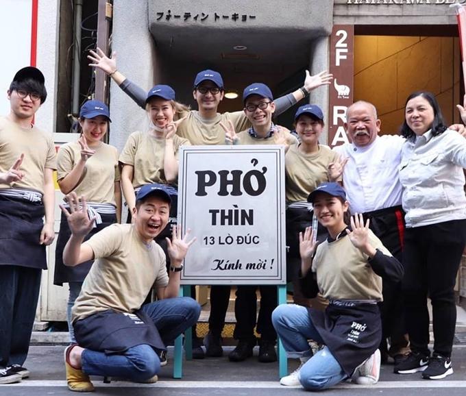 Ông Thìn (thứ hai từ phải sang) và chủ cửa tiệm ở TokyoKenji Sumi (ngồi hàng đầu tiên từ trái sang) chụp ảnh cùng nhân viên trước biển hiệu y hệt tấm bảng hiệu ở Hà Nội - Ảnh Pho Thin Tokyo.