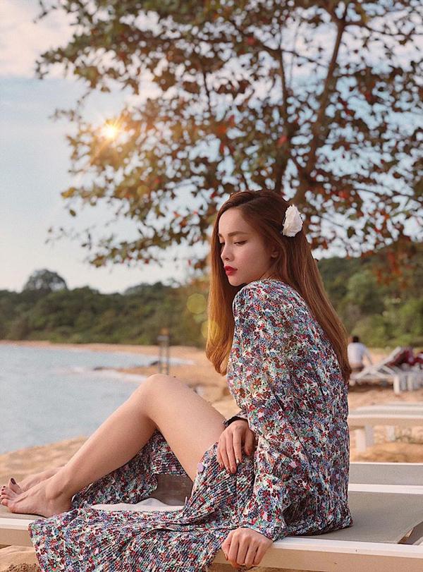 Trong kỳ nghỉ ở biến, Yến Trang chọn kẹp tóc đính hoa khi diện váy xẻ cao để tạo nên nét nhẹ nhàng, đậm chất nữ tính.