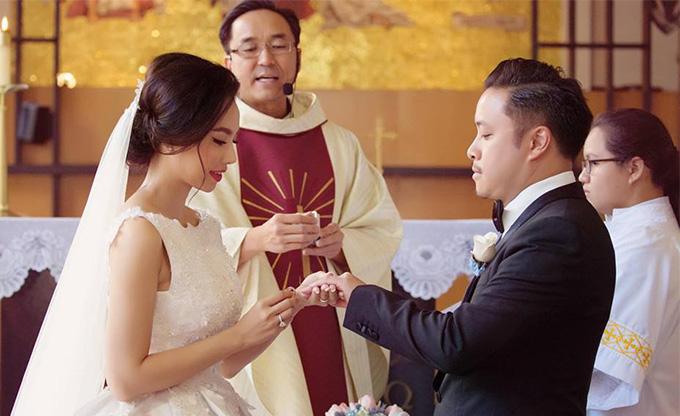 Ngày 12/3, Đinh Ngọc Diệp đăng tấm ảnh ghi lại khoảnh khắc nói lời thề nguyền với Victor Vũ ở nhà thờ kèm theo chú thích: 3 năm như ở thiên đàng, cảm ơn anh. Nhiều bạn bè tỏ ra ngưỡng mộ với cuộc hôn nhân viên mãn, hạnh phúc mà cặp trai tài gái sắc có được.
