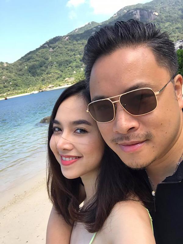Nhân dịp kỷ niệm 1 năm ngày cưới, Đinh Ngọc Diệp cùng chồng đi du lịch tại một resort 5 sao và gửi đến anh những lời lẽ ngọt ngào: Một năm nhanh thiệt. Cảm ơn người bạn đời làm cuộc sống em ý nghĩa nhiều hơn.