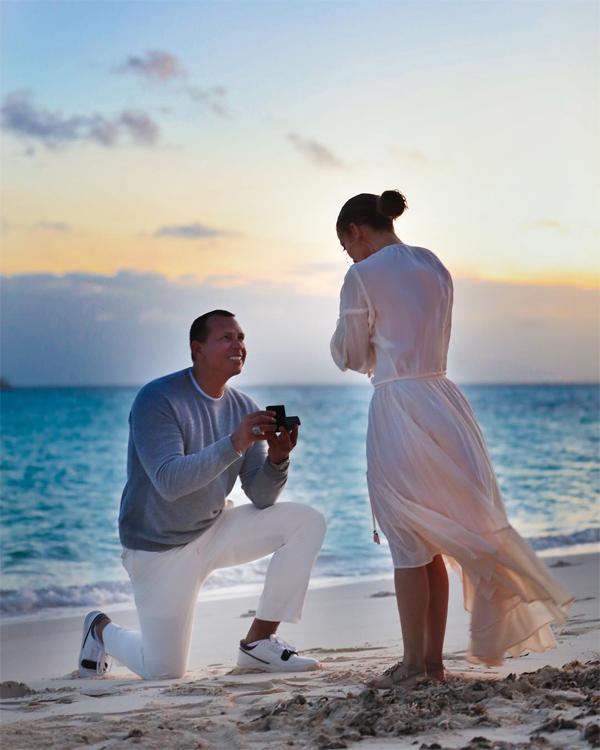 Ba ngày sau khi đính hôn, Jennifer Lopez chia sẻ loạt ảnh ghi lại khoảnh khắc Alex Rodriguez quỳ gối cầu hôn cô. Trên bãi biển thơ mộng vào buổi chiều tà, Alex bất ngờ rút chiếc hộp đựng nhẫn kim cương và hồi hộp chờ phản ứng của bạn gái.
