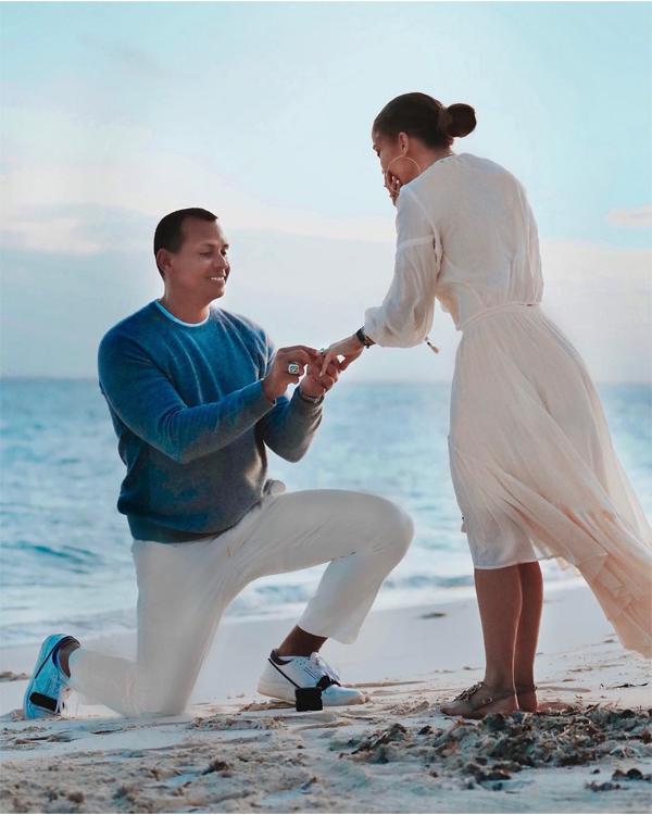 Ngỡ ngàng vui sướng, J.Lo đã lập tức nói đồng ý và đeo chiếc nhẫn đính viên kim cương rất lớn. Theo các chuyên gia trang sức, viên kim cương 15 carat được cắt theo hình khối Emerald tinh tế và chiếc nhẫn có giá 1,4 triệu USD.