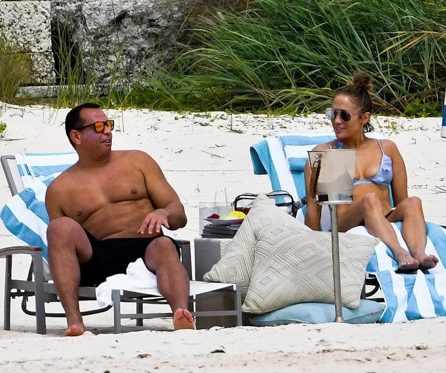 Một ngày sau khi họ thông báo tin vui trên Instagram, đồng nghiệp của Alex là Jose Canseco đã tố cáo cầu thủ bóng chày 43 tuổi ngoại tình với vợ cũ của anh là người mẫu Playboy Jessica Canseco. Tuy nhiên có vẻ như Alex và Jennifer không hề để tâm tới lời cáo buộc này. Cặp sao vẫn tiếp tục tận hưởng kỳ nghỉ lãng mạn và trông rất hạnh phúc bên nhau trên bãi biển hôm 11/3.