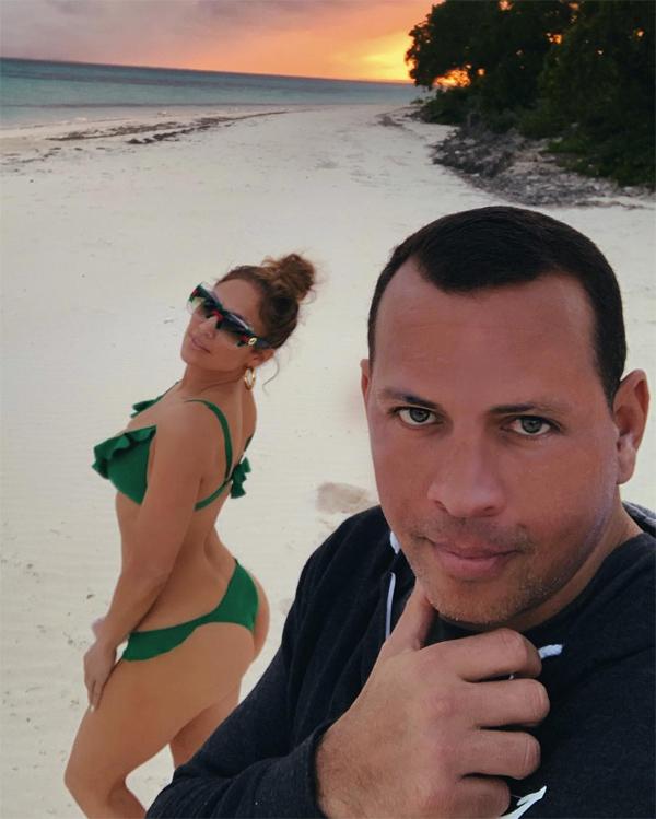 Alex và Jennifer đính hôn khi đang đi nghỉ ở một vùng biển nhiệt đới. Các con riêng của cặp sao không tham gia cùng trong chuyến du lịch này.