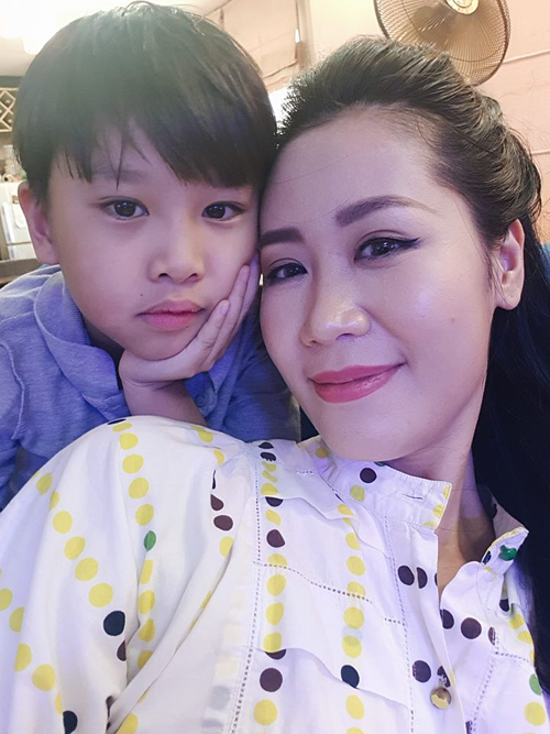 Dương Thùy Linh và con trai.