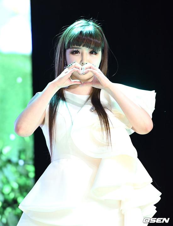 Sát ngày Park Bom trở lại, công ty giải trí vừa đưa ra thông báo chính thức về ồn ào Park Bom sử dụng chất gây nghiện vài năm trước. Thời điểm 2014, nữ diễn viên từng bị chỉ trích nặng nề vì sử dụng thuốc trầm cảm được kê đơn ở Mỹ có thành phần là chất cấm ở Hàn Quốc. Không chịu nổi áp lực dư luận, cô ngưng hoạt động một thời gian. Năm 2016, 2NE1 sẽ tan rã, cô không tiếp tục ký hợp đồng với YG Entertainment.