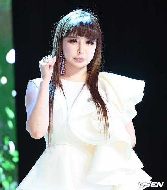 D Nation, công ty quản lý lý của Park Bom khẳng định ca sĩ điều trị bệnh nên sử dụng thuốc, hoàn toàn không phải là sử dụng chất gây nghiện như hiểu nhầm của mọi người.