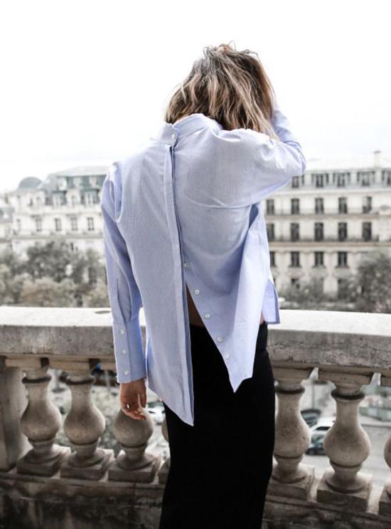 Sơ mi mặc ngược là một trong những xu hướng rầm rộ ở mùa hè 2016/2017 và đây vẫn là phong cách được nhiều fashionista yêu thích.