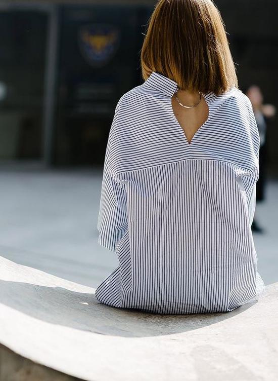Sơ mi ngược được trang trí thêm các phụ liệu kim loại, đường cut-out để tăng sức hút cho người sử dụng. Với mốt này, điểm nhấn lại nằm phía sau lưng người phụ nữ.