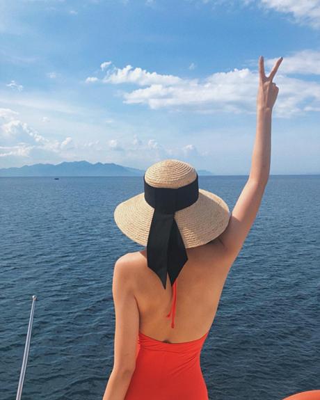 Tăng Thanh Hà diện đồ bơi, khoe lưng trần gợi cảm khi đi nghỉ dưỡng.