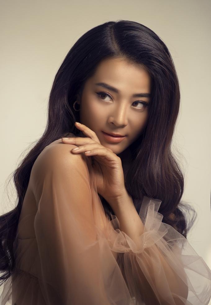 'Bạn thân giật bồ' Karen Nguyễn cá tính với ba màu son lạ mắt
