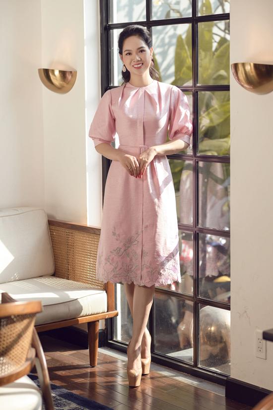 Để chuẩn bị cho show diễn sắp tới, Lê Thanh Hòa đã mời rất nhiều hoa hậu, người đẹp nổi tiếngthực hiện các bộ ảnh thời trang.