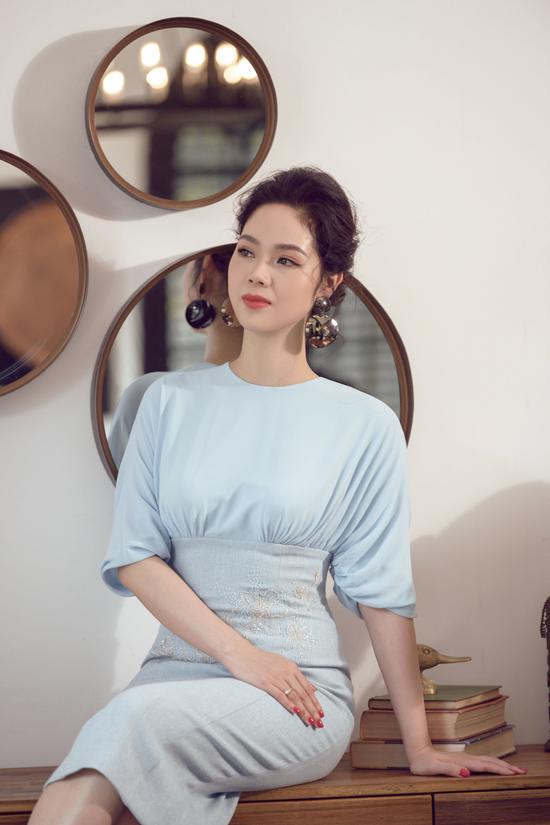 Dù diện váy đơn sắc, vẻ ngoài của bà mẹ hai con vẫn không nhàm chán do nhà thiết kế vận dụng đa dạng kỹ thuật phối đắp, cắt cúp vải, tạo ra nhiều phom dáng cho kiểu váy cocktail.