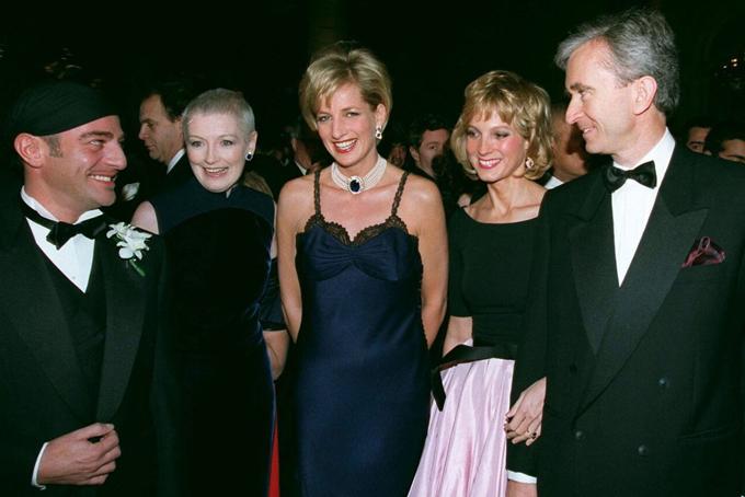 BernardArnault có mối quan hệ mật thiết với các gia đình quý tộc và những nhân vật quyền lựctrên thế giới. từng tiếp xúc với nhiều nhân vật quyền lực thế giới. Nhà thiết kế thời trang người Anh của Dior John Galliano, biên tập viên tạp chí Liz Tilberis, Lady Diana, Công nương xứ Wales, với Helene Mercier và CEO Bernard Arnault tại bữa tiệc kỷ niệm 50 năm của Dior tại Bảo tàng nghệ thuật Metropolitan ở New York.