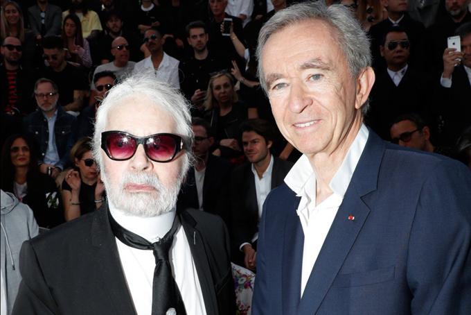 Arnault là bạn lâu năm của nhà thiết kế huyền thoại và giám đốc sáng tạo của Chanel, Karl Lagerfeld. Tháng trước, Karl Lagerfeld qua đờiCái chết của người bạn thân yêu này làm tôi rất buồn, vợ tôi và các con tôi, Arnault nói trong một tuyên bố. Chúng tôi yêu và ngưỡng mộ anh ấy sâu sắc. Thời trang và văn hóa đã mất đi một nguồn cảm hứng tuyệt vời.