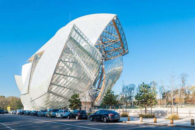 Vị tỷ phú này cũng là người thành lập nên quỹFondation Louis Vuitton, đơn vị xây dựng bảo tàng nghệ thuật đương đại do Frank Gehry thiết kế và không gian biểu diễn ở Paris khai trương năm 2014.