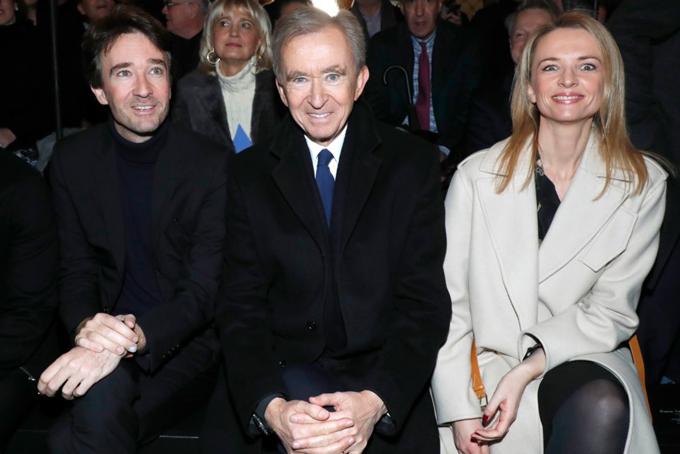 Tỷ phú Bernard Arnault (giữa) cùng con trai Antoine Arnault và con gái Delphine Arnault. Ông70 tuổi là người điều hành LVMH từ năm 1989. Hiện tại, 4 trong số 5 người con của ông đều làm việc cho các thương hiệu của LVMH.