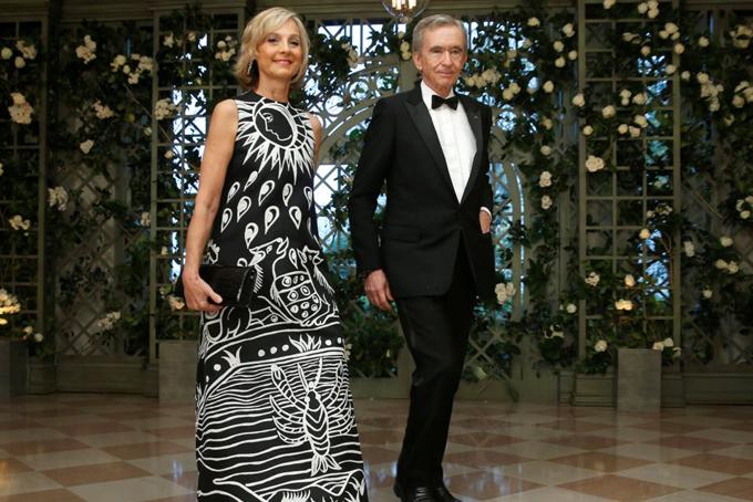 Arnault và người vợ thứ 2Helene Mercier. Ông kết hôn với người vợ đầu bà Dewavrin vào năm 1973 và có 2 con với nhau trước khi chia tay vào năm 1990. Một năm sau đó, ông tái hôn với bà Helene Mercier, một nghệ sĩ Piano người Canada và có thêm 3 người con.