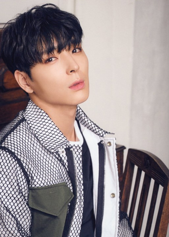 Nam ca sĩ Choi Jung Hoon.
