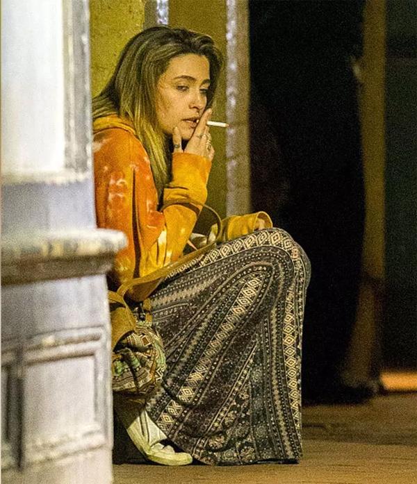 Người mẫu kiêm diễn viên 20 tuổi bơ phờ, chán nản ngồi thụp bên đường.