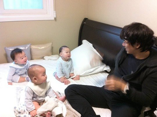 Song Il Gook gây thương nhớ khi khoe ảnh ba con thời nhỏ - 1