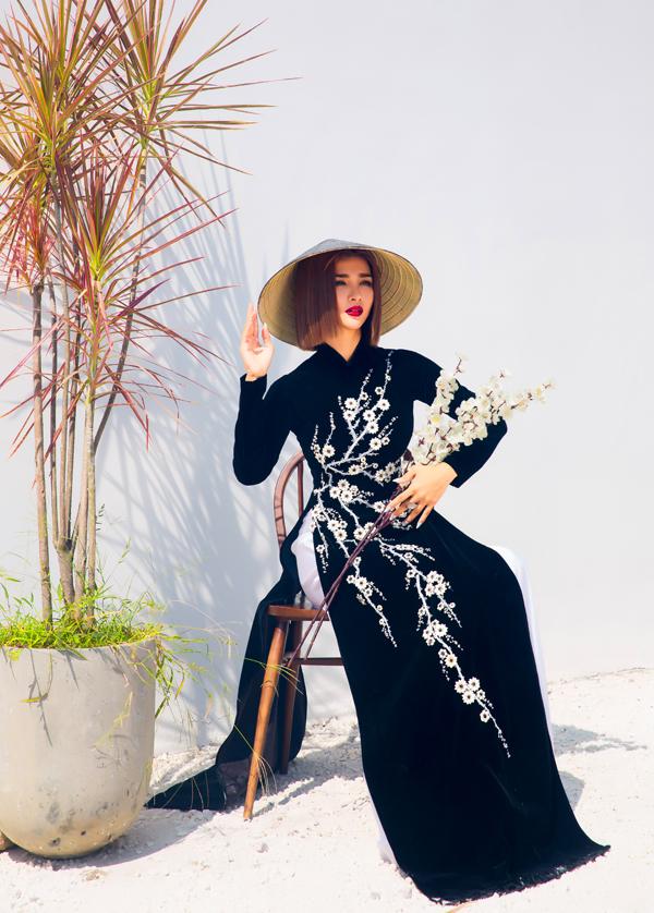 Kim Tuyến đẹp nhẹ nhàng, nền nã trong tà áo dài nhung, kiểu dáng đơn giản, thêu hoa trên thân áo.