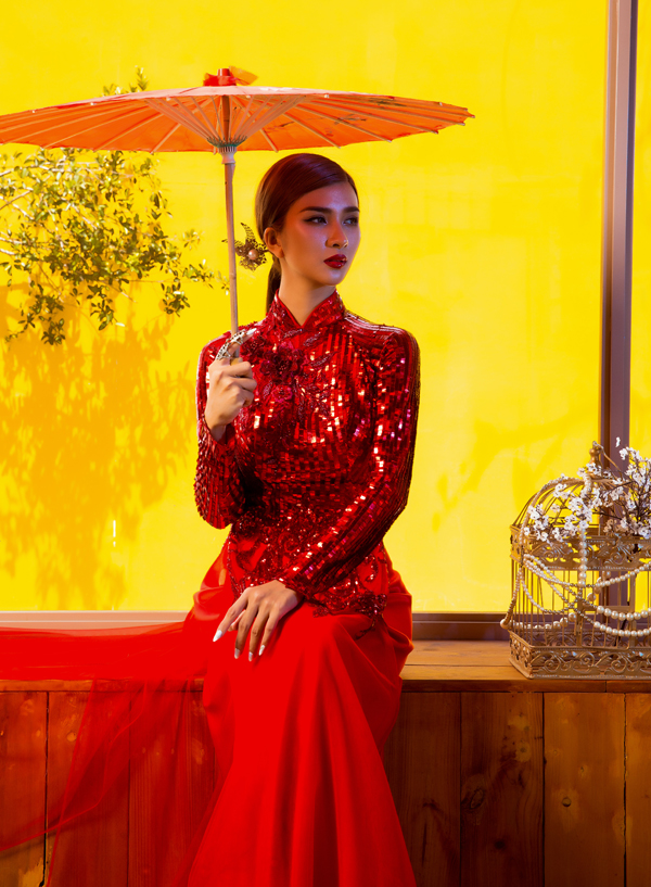 Áo dài gam đỏ, ánh kim phù hợp mặc trong các ngày lễ hội hoặc dịp đặc biệt củanăm.