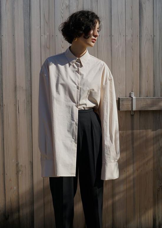 Mốt áo xệ vai tiếp tục được phái đẹp đón nhận, tuy nhiên trang phục này chỉ phù hợp với bạn gái có góc dáng mảnh mai, bờ vai gọn gàng.