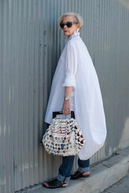 Sơ mi dáng rộng không quá kén dáng và tuổi tác, chỉ cần bạn tự tin và mix-match hài hòa trang phục với hình thể và trang phục đi kèm.