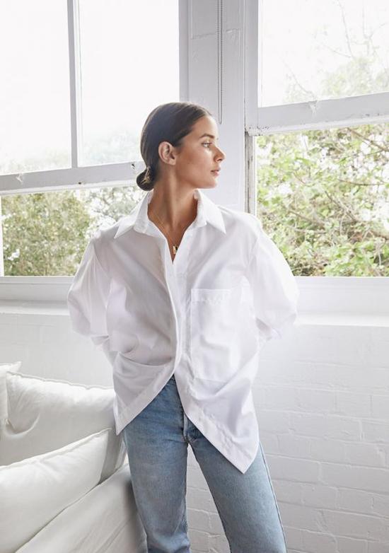Ở dòng áo free size, tông màu trắng chiếm thế vượt trội. Chúng được chọn lựa nhiều hơn các kiểu họa tiết hay màu đơn sắc khác.