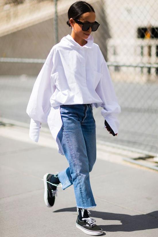 Bên cạnh kiểu sơ mi basic được cơi nới về thông số để mang đến kiểu rộng là các mẫu áo biến tấu tăng phần cá tính cho người mặc.