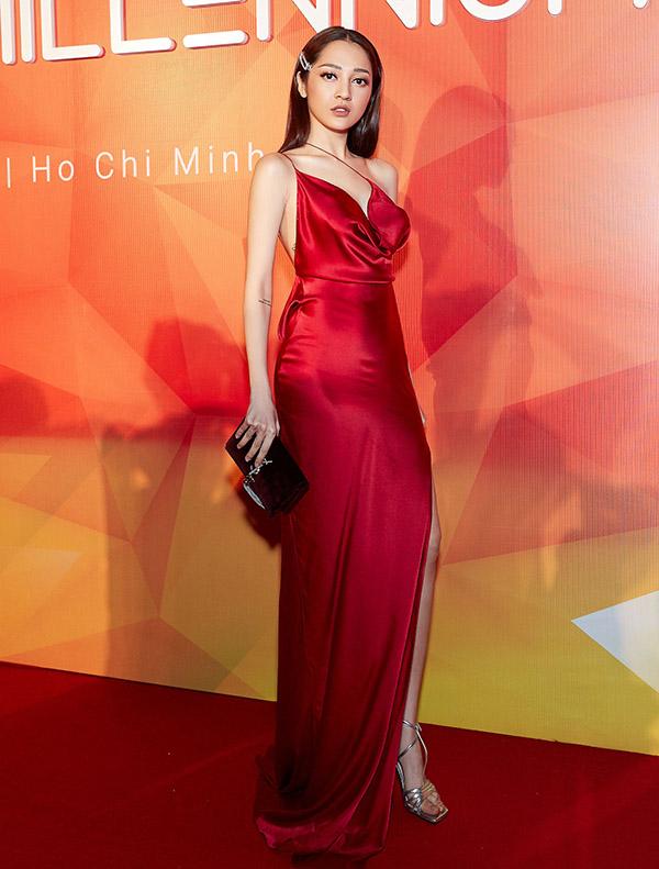 Bảo Anh điệu đà trong chiếc váy đỏ rực của nhà thiết kế Lưu Ngọc Kim Khanh. Cô cầm ví hàng hiệu tự tin tạo dáng trên thảm đỏ sự kiện âm nhạc diễn ra ở TP HCM.