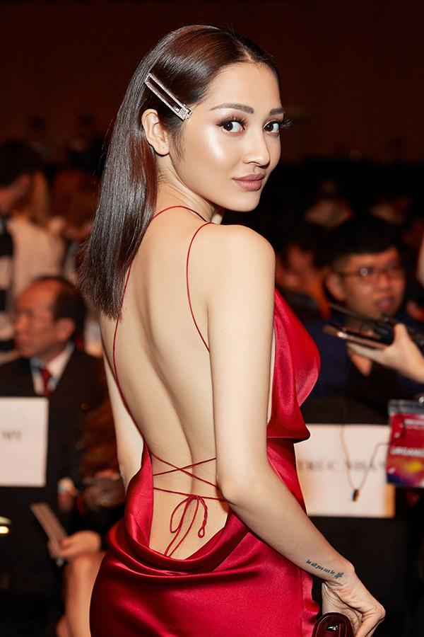 Bảo Anh theo đuổi hình ảnh sexy nên không ngại phô trọn lưng trần trước ống kính.