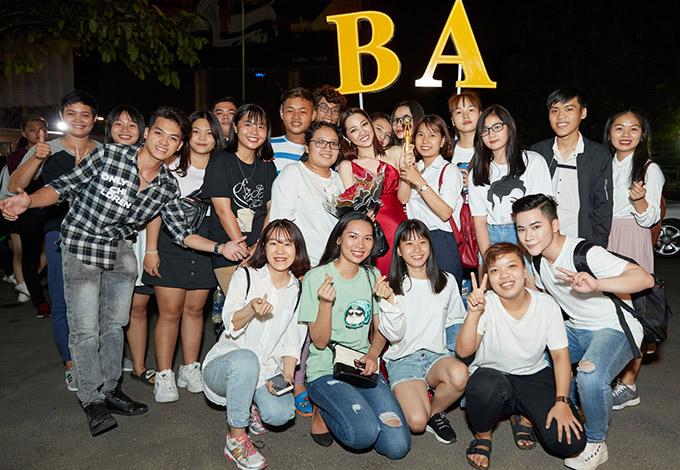 Sau chương trình Bảo Anh vui vẻ chụp ảnh cùng các fan trước khi ra về.