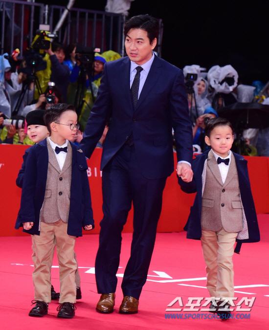 Song Il Gook và ba con trên thảm đỏ một sự kiện ở quê nhà.