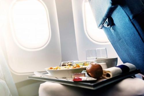 Hầu hết các hãng hàng không đều không rửa khay trước khi phục vụ thức ăn cho khách vì không đủ thời gian chuẩn bị. Vì thế, đừng để thức ăn rơi xuống khay vì thực ra chúng cũng không mấy sạch sẽ.