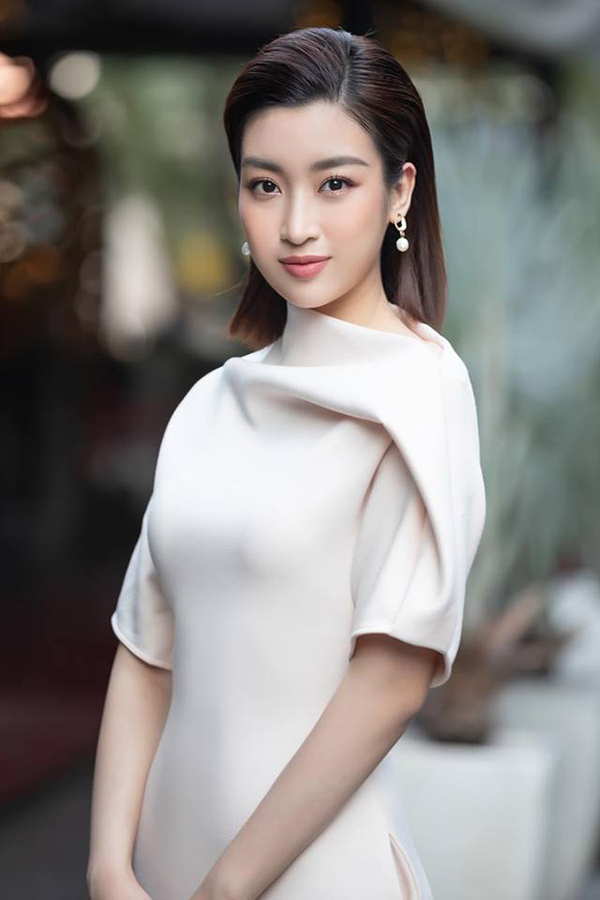 Hoa tai ngọc trai là sản phẩm được nhiều người Việt lăng xê ở mùa này. Đỗ Mỹ Linh chọn khá nhiều kiểu phụ kiện sang trọng để khiến hình ảnh của mình thêm cuốn hút.