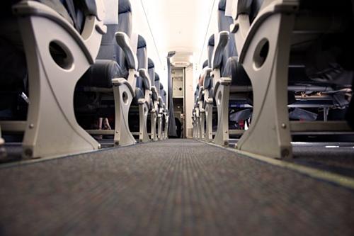 Tương tự như khay đựng thức ăn, thảm máy bay cũng hiếm khi được vệ sinh. Chính vì vậy mà chúng dơ hơn bạn nghĩ.