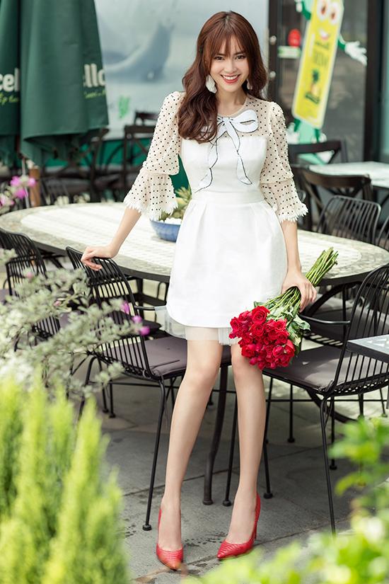 Ngoài các kiểu quần jeans tiện lợi, Lan Ngọc cũng sử dụng thêm các mẫu váy vải xuyên thấu luôn được ưa chuộng trong mùa nắng.