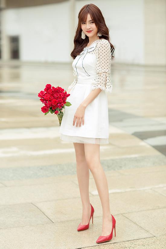 Váy thắt nơ được phối hợp chất liệu chấm bi đen trắng. Trang phục dành cho nàng đỏm dáng đến văn phòng, xuống phố cà phê, thậm chí có thể chưng diện khi đi tiệc nhẹ.