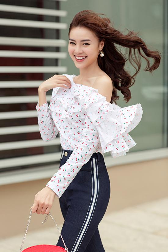 Áo lệch vai, sơ mi dáng rộng, trang phục oversize... là những món đồ Lan Ngọc lựa chọ để xây dựng hình ảnh sành điệu cùng phong cách mùa hè.