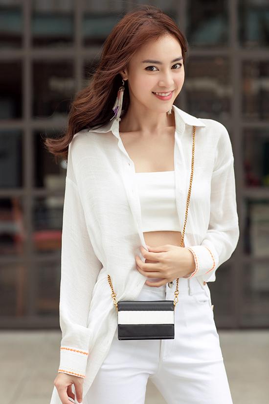 Túi mini nhỏ xinh được nữ diễn viên chọn lựa để tạo điểm nhấn cho set đồ ton-sur-ton sắc trắng.