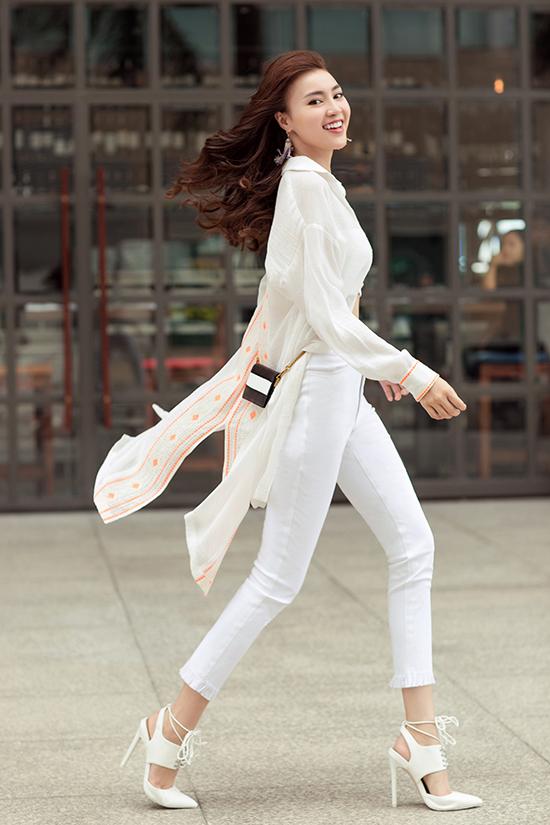 Sơ mi dáng dài, xẻ tà phối cùng crop-top, quần skinny mang lại hình ảnh trẻ trung, bay bổng cho phái đẹp khi xuống phố.