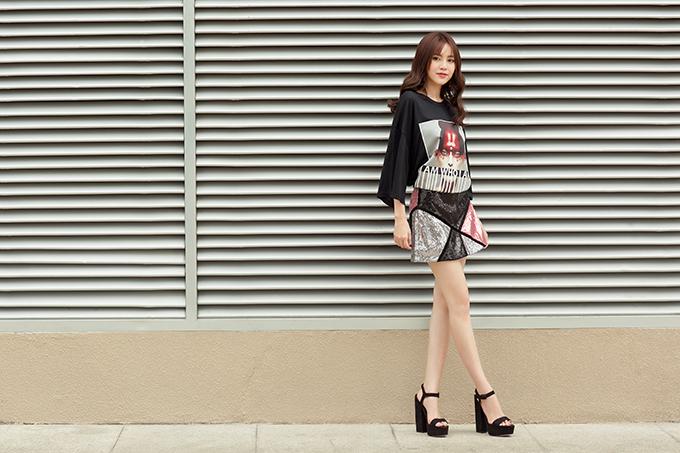 Chân váy ngắn là vật dụng luôn giúp phái đẹp kéo dài đôi chân và giúp mình trở nên gợi cảm hơn.